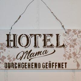 Schild Hotel Mama Weiss